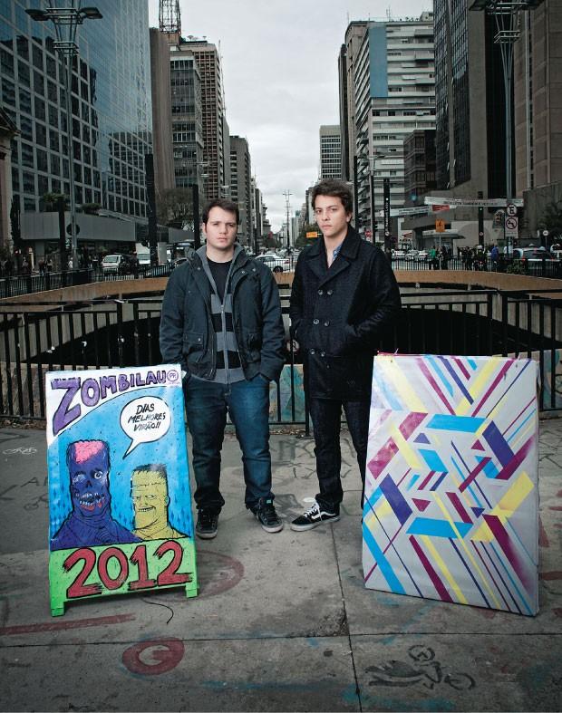 ARTE ELEITORAL  Marco Furtado  e Victor Britto na Avenida Paulista,  em São Paulo.  A ideia dos dois inspirou seguidores em outras cidades  (Foto: Camila Fontana/ÉPOCA)