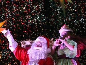 Papai Noel foi recebido por milhares de pessoas na inauguração da Praça Antônio Bittencourt, no Centro de Manaus (Foto: Marcos Dantas / G1 AM)
