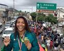 Carro de bombeiros e homenagem: Rafaela Silva visita Cidade de Deus