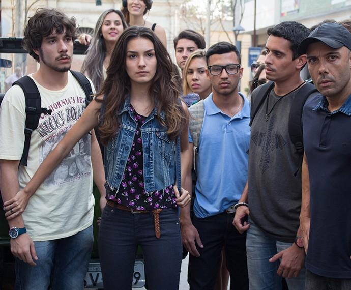 Luciana encara todo mundo para defender o namorado (Foto: Bruno Cavalieri/Gshow)