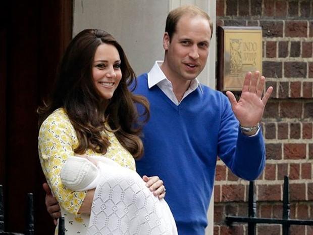 William e Kate apresentam o segundo filho do casal (Foto: Matt Dunham/AP)