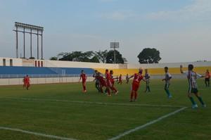 Bangu e Independência se enfrentam em partida da Copa de Futebol Sub-17 (Foto: Quésia Melo)