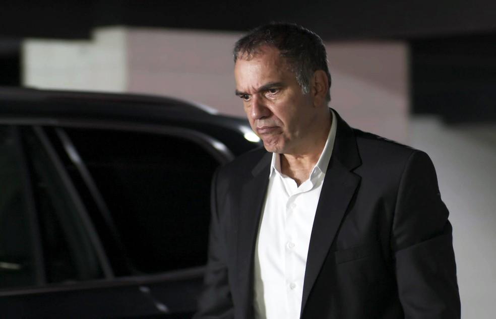  Eurico decide conferir placa do carro de Silvana (Foto: TV Globo)