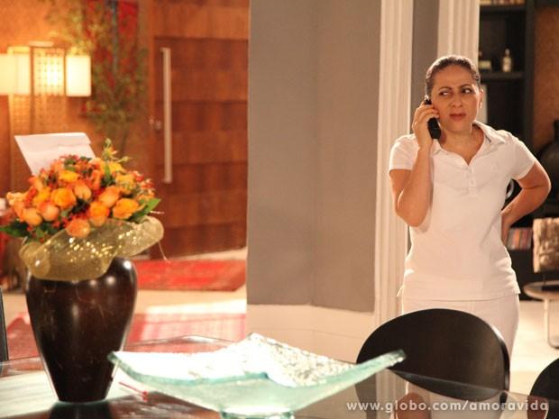 A babá estranha e liga para Niko (Foto: Carol Caminha/TV Globo)