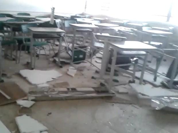 Escola ficou com sala de aula destruída (Foto: Reprodução/ TV TEM)