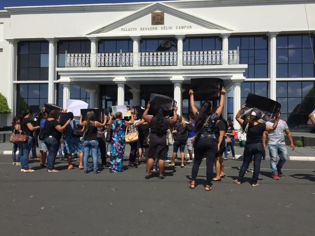 Técnicos fizeram manifestação em frente ao Palácio do Governo (Foto: Inaê Brandão/G1 RR)
