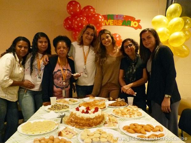 Grazi recebeu os parabéns da equipe de Flor do Caribe (Foto: Flor do Caribe / TV Globo)