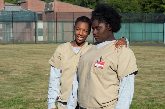 """Danielle Brooks (à direita) com Samira Wiley em cena de """"Orange is the new black"""" (Foto: Divulgação / Netflix)"""