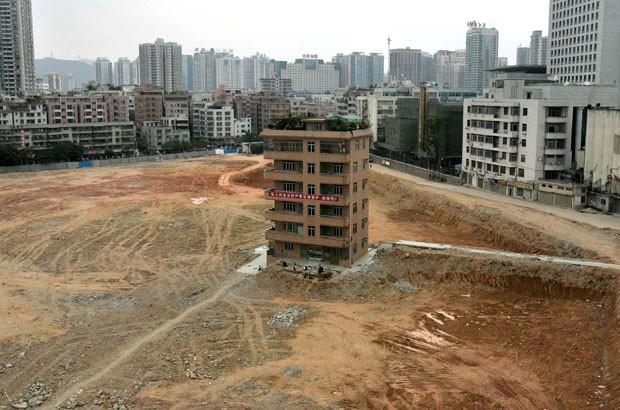 Foto de 2007 mostra prédio que ficou no meio de canteiro de obras de um centro comercial em Shenzhen (Foto: Paul Yeung/Reuters)