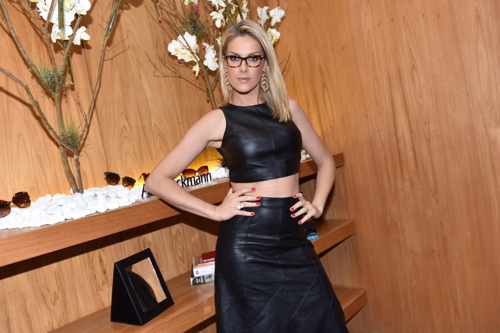 Apresentadora lança nova coleção da sua linha Ana Hickmann Eyewear no Hotel  Emiliano 52cea12d91