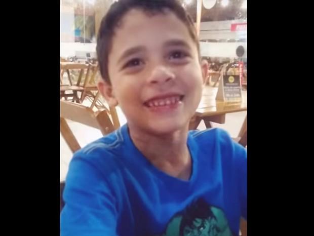 Menino se emociona ao saber que vai ganhar irmãos gêmeos (Foto: Reprodução/Youtube)