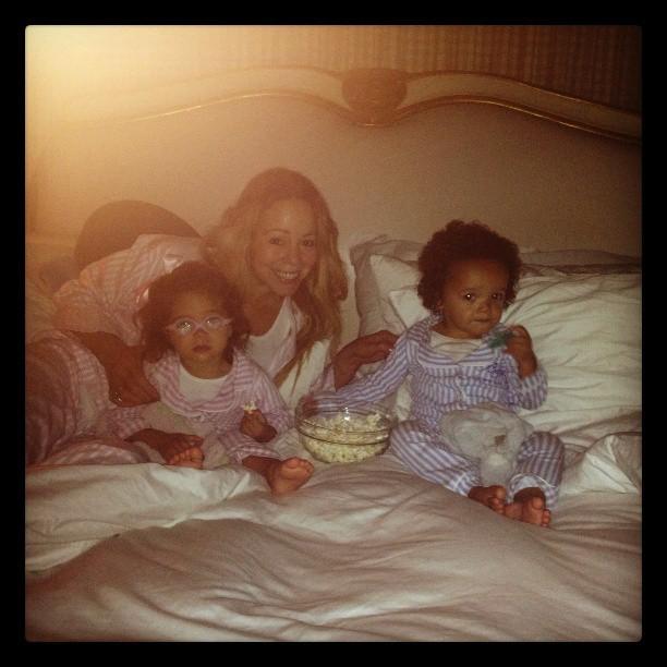 Mariah Carey come pipoca com as filhas (Foto: Instagram)