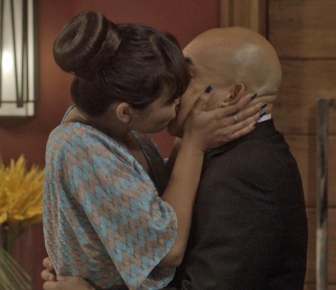 Japonesa toma atitude e beija pretendente (Foto: TV Globo)