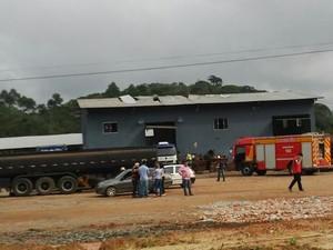 Acidente aconteceu em empresa de Araquari (Foto: Marcos Pereira/RBS TV)