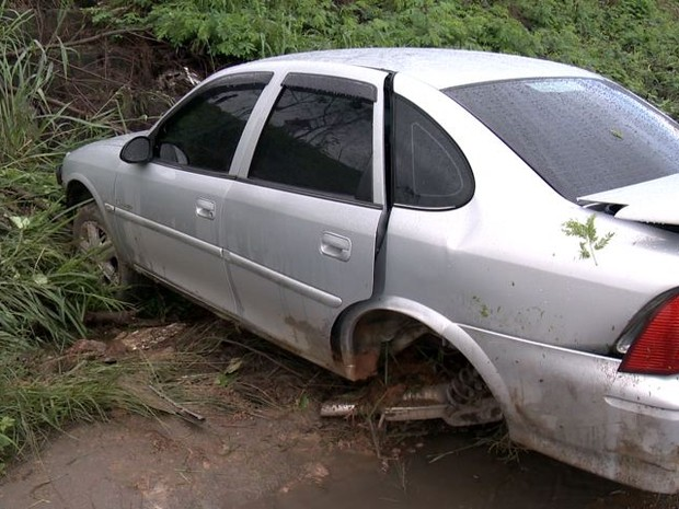 Carro saiu de pista, desceu pequeno barranco e caiu na via de baixo (Foto: Reprodução/TV Gazeta)