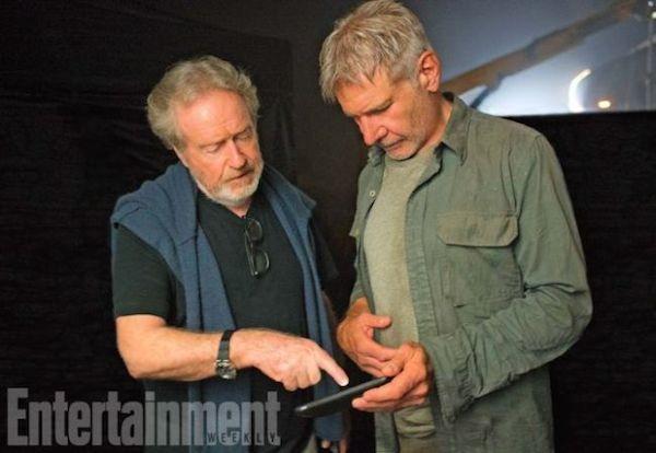 Harrison Ford e Ridley Scott no set da continuação 'Blade Runner' (1982) (Foto: Divulgação)