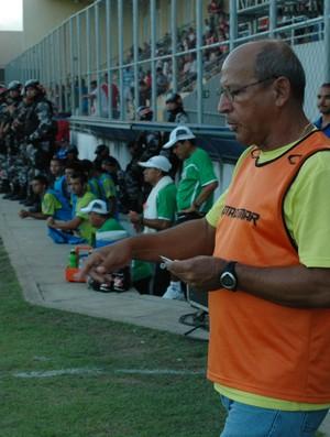 Neto Maradona, técnico do Sousa, veste colete de gandula (Foto: Larissa Keren / Globoesporte.com/pb)