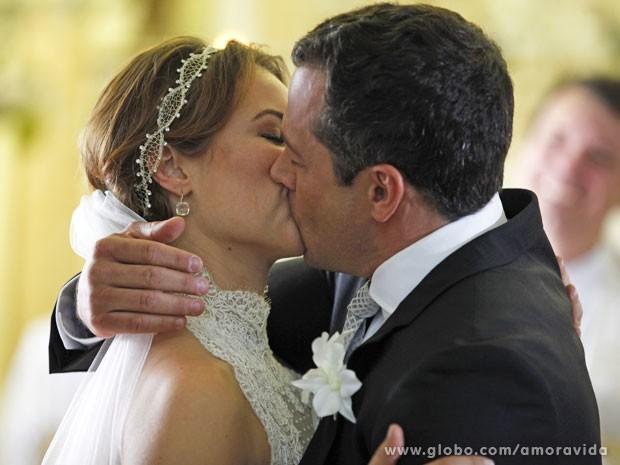 O beijo dos noivos, sob aplausos de todos (Foto: Amor à Vida/TV Globo)