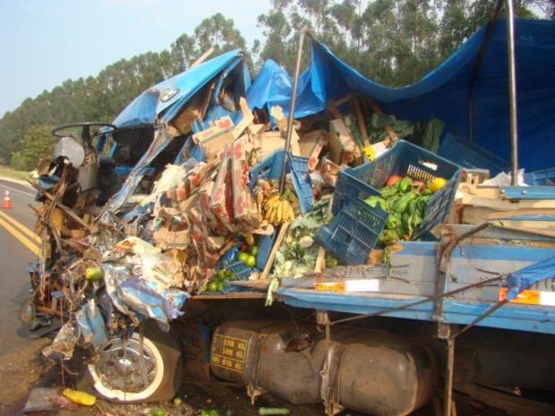 Segundo caminhão carregava legumes e verdudas e também ficou destruído. (Foto: Polícia Civil)