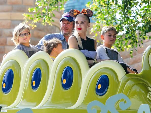 Zuma, Blake Shelton, Kingston, Gwen Stefani e Apollo em parque em Anaheim, na Califórnia, nos Estados Unidos (Foto: AKM-GSI/ Agência)