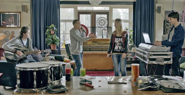A cantora holandesa Fabiënne Bergmans em cena do filme 'Um Grito de Socorro' (Foto: Divulgação)