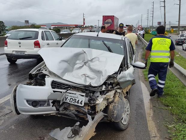 Acidente envolveu três veículos em Itajaí no início da tarde deste sábado  (26) ( 5f57ad3892df7
