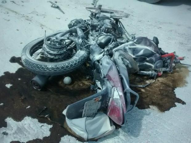 Moto pegou fogo após bater de frente com caminhão na BR-163 (Foto: Cleidinaldo José/Arquivo Pessoal)