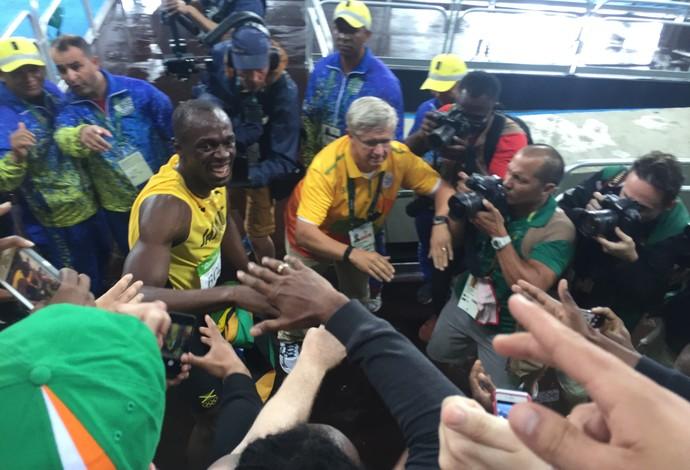 Bolt cumprimenta os torcedores jamaicanos (Foto: Thales Soares)