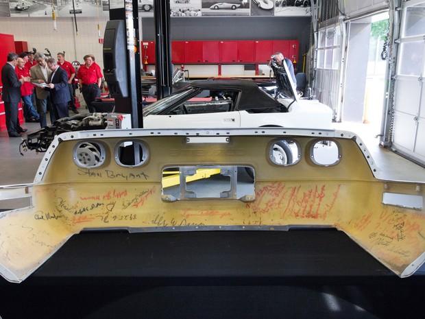 Corvette histórico é todo assinado pelos funcionários (Foto: Divulgação)