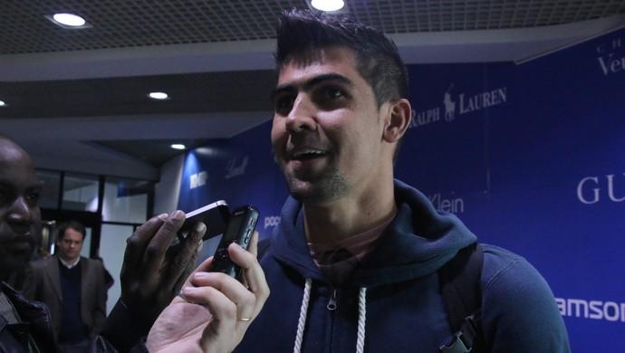 Leandro Almeida, zagueiro, Inter, aeroporto (Foto: Eduardo Deconto / GloboEsporte.com)