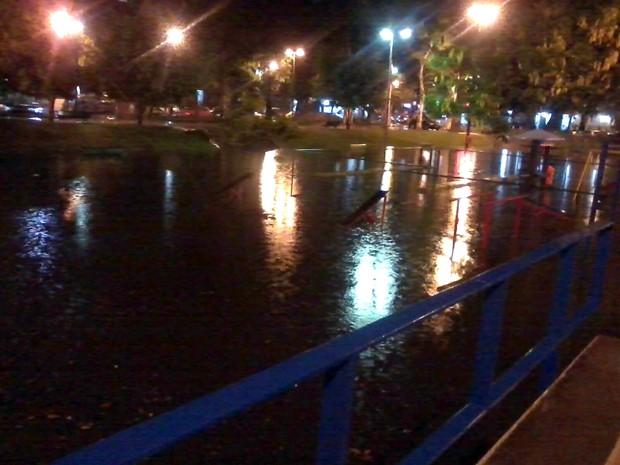 Praça Afonso Pena Tijuca chuva rio de janeiro Zona Norte (Foto: Aline Pollilo/G1)