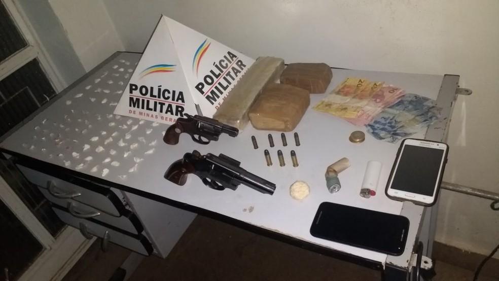 PM apreendeu maconha, cocaína, crack e armas (Foto: Polícia Militar/ Divulgação)