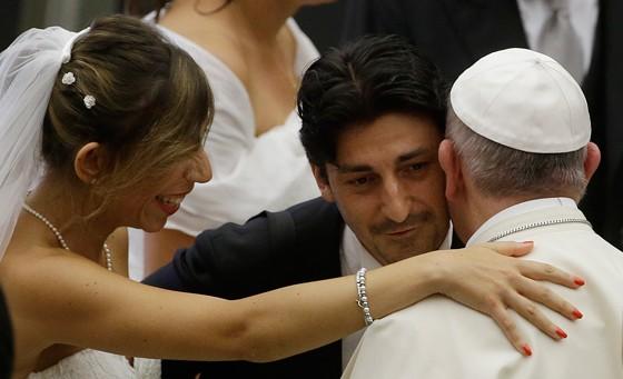 Papa Francisco cumprimenta casal recém-casado na audiência geral nesta quarta-feira (5) (Foto: Gregorio Borgia/AP Photo)