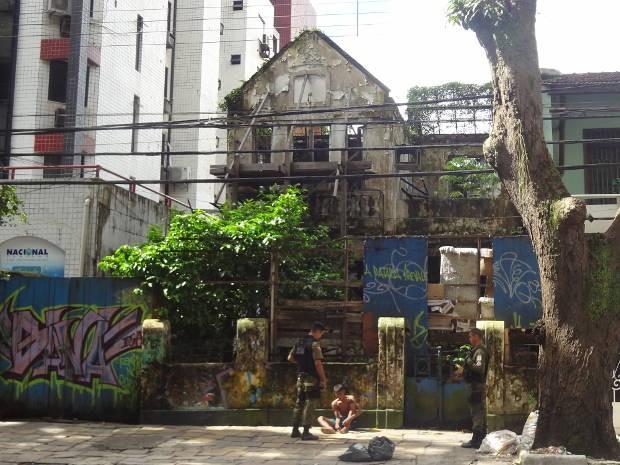 Casarão abandonado serve de abrigo para mendigos e menores infratores em Belém.  (Foto: Thais Rezende/G1)