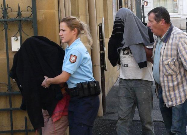 Os pais são levados sob custódia nesta segunda-feira (28) em Brive-la-Gaillarde (Foto: AFP)