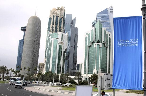 Banner da COP 18 pendurado em região de Doha, no Qatar, onde começa na próxima segunda-feira a conferência da ONU sobre o clima (Foto: Osama Faisal/AP)