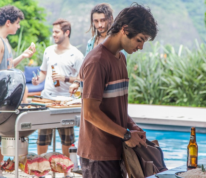Fabinho aproveita a distração da galera para colocar o relógio de Lili nas coisas de Jonatas (Foto: Artur Meninea / Gshow)