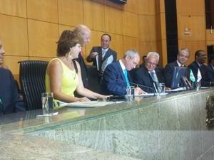 Paulo Hartung assina o termo de posse e é declarado governador do Espírito Santo pelo presidente da Assembleia Legislativa, Theodorico Ferraço (Foto: Naiara Arpini/G1)