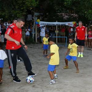 Jogadores seleção Alemanha batem bola garotos Bahia (Foto: Getty Images)