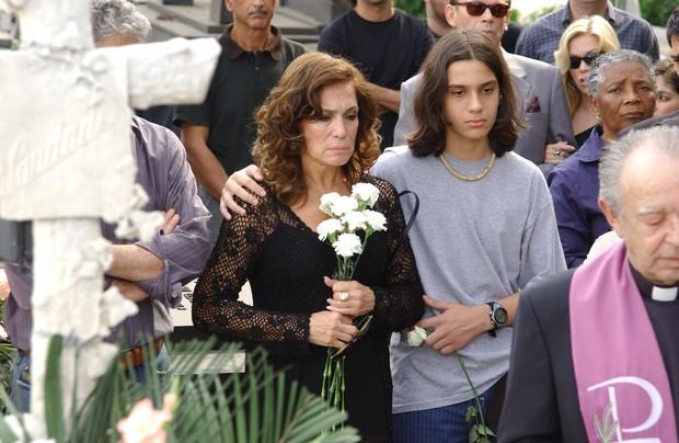 Maria do Carmo (Suzana Vieira) com o neto Bruno (Thadeu Matos) (Foto:  TV Globo / Gianne Carvalho)