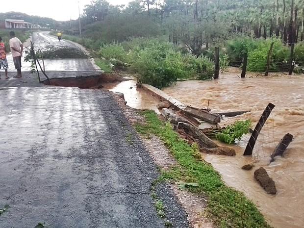 Metade da estrada ficou danificada com a força da água (Foto: Divulgação/Prefeitura de Massapê)