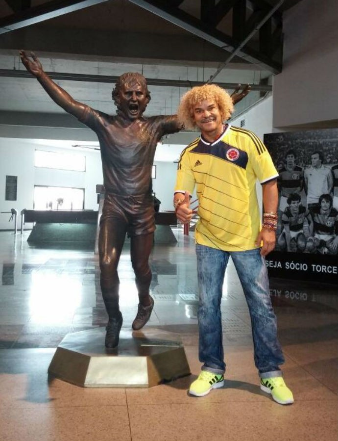 Valderrama tira foto com estátua do zico (Foto: Reprodução Twitter)