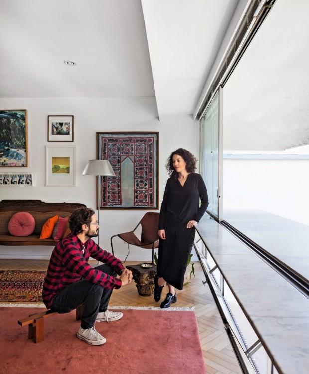 Gabriela e Otavio Marques da Costa no apartamento do Guaimbê (Foto: Lufe Gomes / Editora Globo)