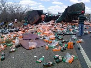 A carga de refrigerante foi saqueada depois do acidente  (Foto: Felisberto Ferreira Filho / Arquivo pessoal)