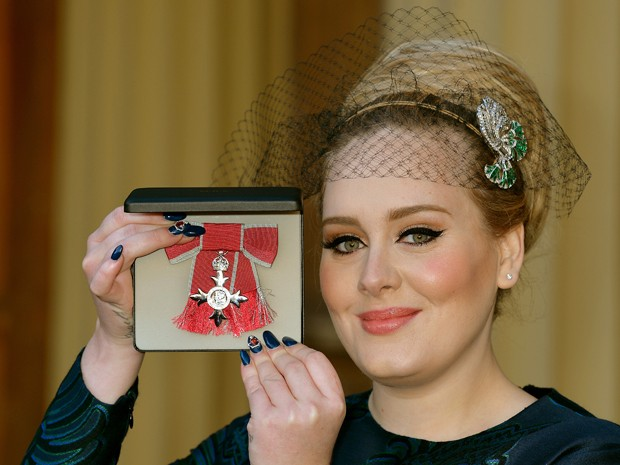 A cantora britânica Adele foi condecorada nesta quinta-feira, em uma cerimônia no Palácio de Buckingham, em Londres (Foto: AFP PHOTO/POOL/JOHN STILLWELL)
