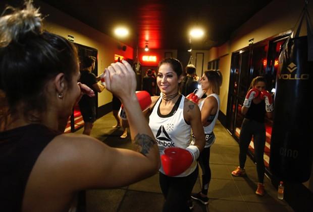Mayra Cardi durante aula de MMA (Foto: Thiago Bernardes/QUEM)