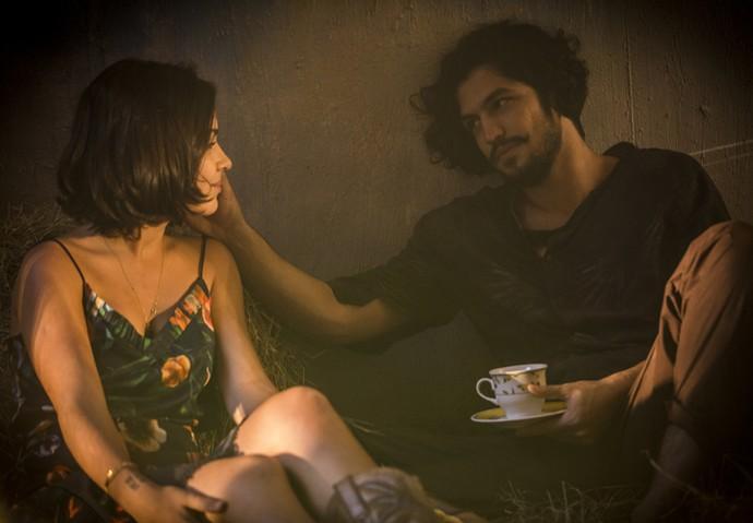 Miguel dá sua palavra e diz a Olívia que volta (Foto: Inácio Moraes/ Gshow)