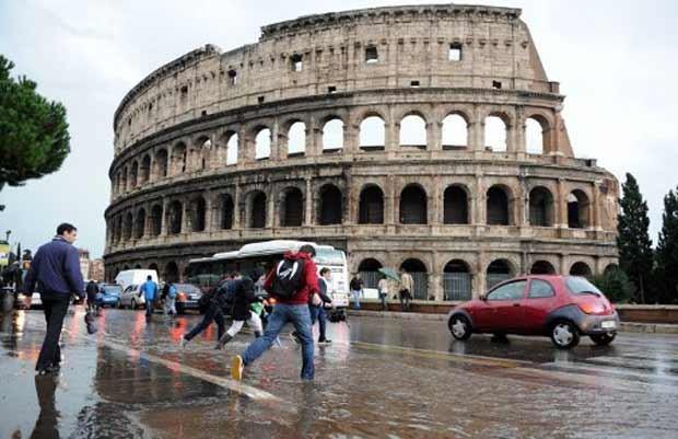 Rua alagada em frente ao Coliseu, em Roma, nesta quinta-feira (20) (Foto: AFP)