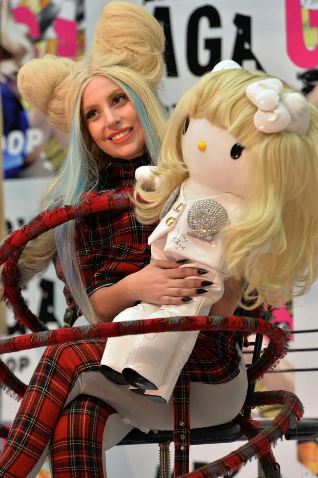 Lady Gaga e boneca que será leiloada para caridade (Foto: YOSHIKAZU TSUNO / AFP)