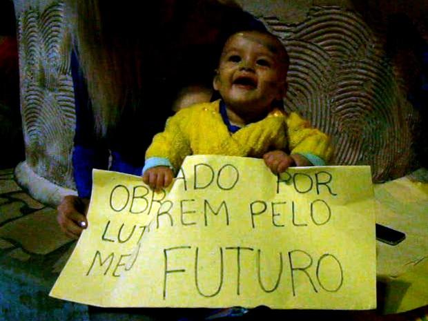 Bebê também participa de manifestação em Brazópolis (Foto: Luciano Lopes / TV F5.com)